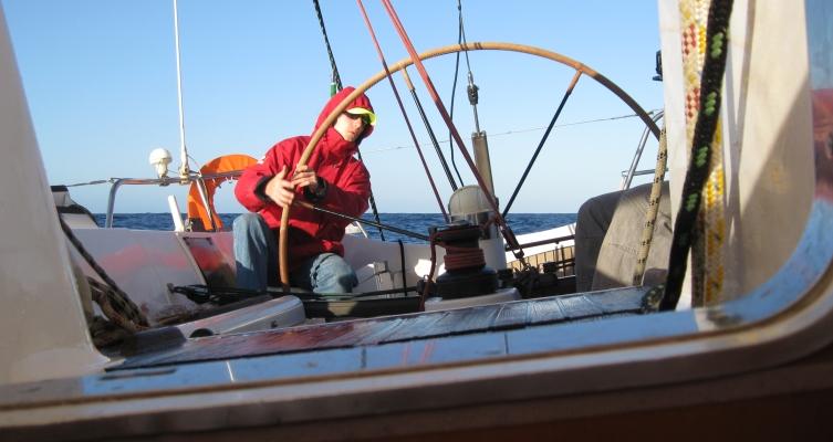 voilier-sunfast52-intrepid-équipier-à-la-barre